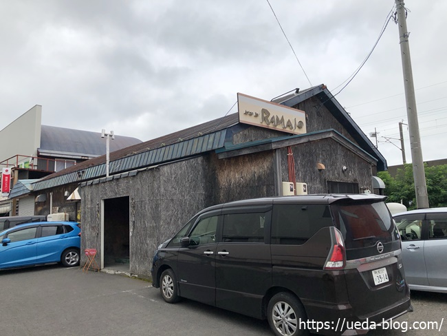 ラマイ千歳店 店舗正面の駐車場