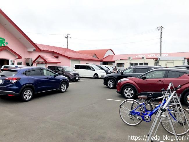 あいすの家 長沼店 駐車場は車の往来多め