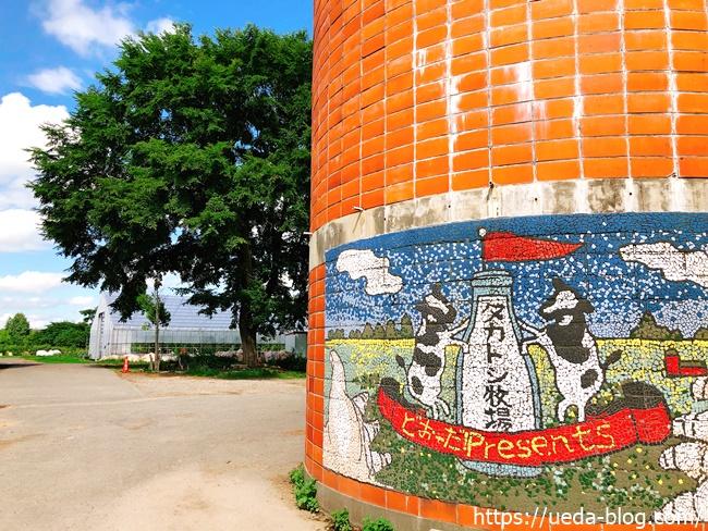 タカトシ牧場のレリーフが描かれた赤いサイロ
