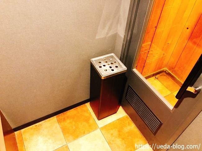 喫煙室の灰皿