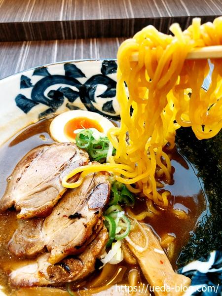 魚介しぼり醤油の麺は黄色い中太縮れ麺