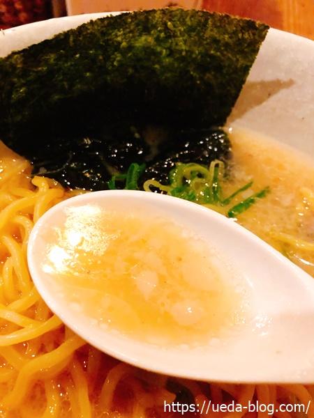 麺や白の白濁した背脂豚骨スープ