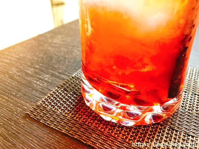 イタリアンソーダはグラスの底の原液を混ぜて飲む