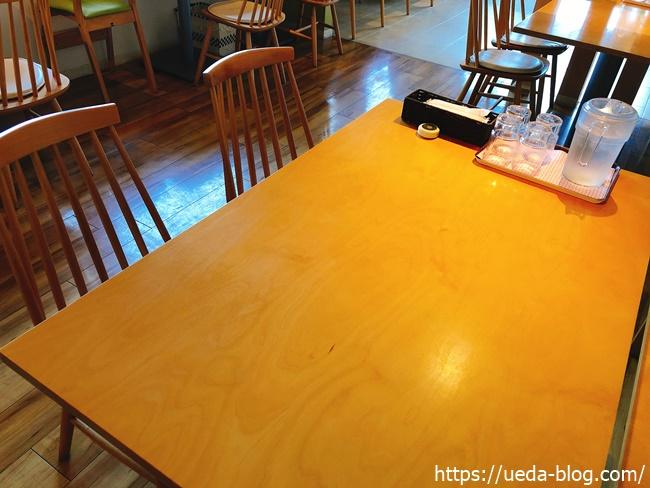 広くて清潔なテーブル席(4人掛け)
