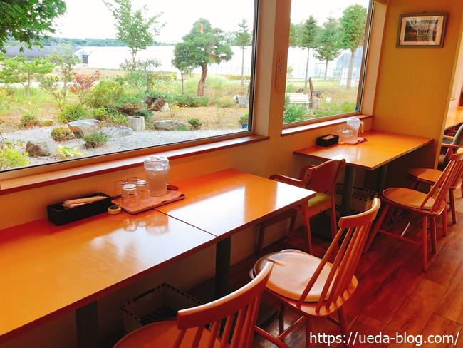 外の様子が眺められる窓際の席(2人掛け)