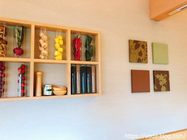 壁面に飾られたシンプルでおしゃれな装飾物