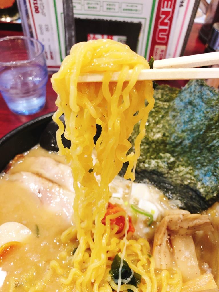 札幌ラーメンではよくある黄色い縮れ麺